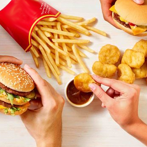 Неправильное питание – одна из причины появления перхоти