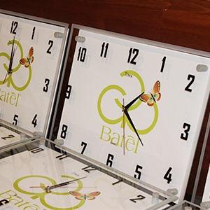 Фирменные настенные часы в подарок